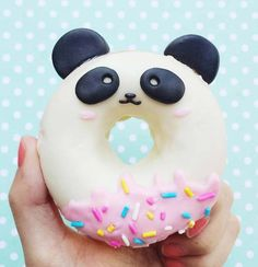 Diese Donuts sind so süß, dass wir ehrlich gesagt nicht wissen, ob wir sie essen können – вкусняшки - Yanna's Donuts Laden Panda Birthday Party, Panda Party, Panda Themed Party, Japanese Candy, Japanese Sweets, Japanese Gifts, Cute Japanese Stuff, Bolo Panda, Panda Food