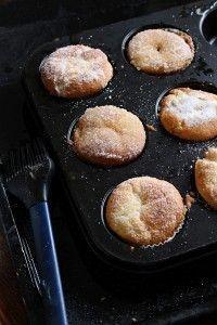 Idag blev det sockerbullsmuffins. Ja de smakar faktiskt så med. Snabbt går det att göra dem med. På en halvtimme har du dem i din hand. Muffinsen är ganska kompakt och påminner lite som munkar. I mitten finns en liten överraskning av en vaniljkräm. Efter kakorna har svalnat penslar man på smält smör och doppar [...] Bakery Recipes, Baby Food Recipes, Dessert Recipes, Desserts, Cookie Cake Pie, Swedish Recipes, Everyday Food, How Sweet Eats, No Bake Cake