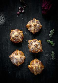 No espirito do  dia mundial do pão , partilho uma receita do livro Mexico the cookbook. Pan de Muerto é um pão doce tradicional mexicano, consumido no dia dos Mortos [de 31/10 a 2/11][[MORE]] Pão 1...