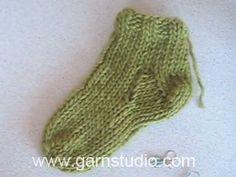 """Gebreide DROPS Kerst sokken met patroon van """"Karisma"""". Maat 22 - 43."""