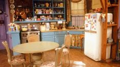 Monica's Apartment from Friends - Scene Therapy Friends Apartment, Apartment Goals, Friends Scenes, Friends Show, Friends Moments, Monicas Apartment, Apartment Kitchen, Open Plan Kitchen, New Room