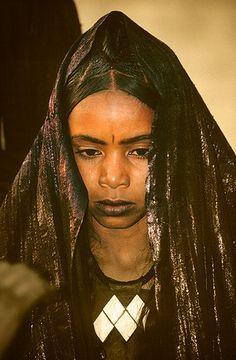 www.villsethnoatlas.wordpress.com (Tuaregowie, Tuaregs) Muchacha tuareg con típico colgante Khomeïsa, Festival de Essouk  - Tuareg girl with typical pendant Khomeïsa, Essouk Festival (January 2004)    www.vicentemendez.com