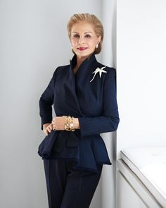 """Carolina Herrera is a Venezuelan fashion designer known for """"exceptional personal style"""", and for dressing various First Ladies including Jacqueline Onassis, Laura Bush, and Michelle Obama. Carolina became well known for her dramatic style. Mature Fashion, Fashion Over 50, Love Fashion, Fashion Outfits, Womens Fashion, Fashion Design, Fashion Weeks, London Fashion, Professional Headshots Women"""