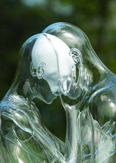 Quelque chose d'assez intéressant... Agape Charmani Kyu-cale en Corée du sud est un artiste sculpteur et numérique. Son travail traite de questions comme la douleur et de l'affection, avec son étrange danse autour de mannequins ou de fusion dans un état constant de pourriture.