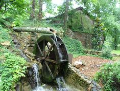 This water wheel is located in in Chattanooga, TN at Rock City.