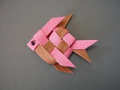 Paper Weaving, Weaving Art, Weaving Designs, Weaving Patterns, Wire Crafts, Diy And Crafts, L'art Du Ruban, Fabric Crafts, Paper Crafts