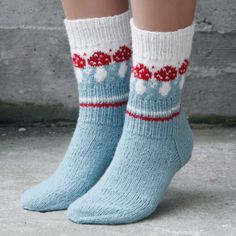 Knitting Patterns Funny Pack with recipe and yarn for a pair of socks with mushroom pattern. Knitting Blogs, Knitting For Beginners, Knitting Socks, Knitting Projects, Baby Knitting, Knitting Patterns, Knit Socks, Crochet Patterns, Crochet Bowl