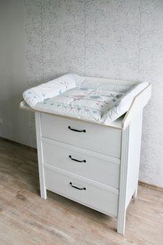 So wird deine #Kommode im Handumdrehen zu einer stylischen #Wickelkommode - Kommode: #Ikea #Brusali / #Wickelaufsatz: #NewSwedishDesign VÄXLA // #Change #table #dresser made of Ikea Brusali dresser and change table from new-swedish-design.de