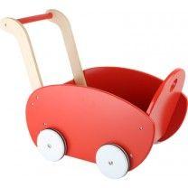 In diesem roten Puppenwagen fühlen sich alle Puppen wohl. Er ist aus strapazierfähigem Holz gefertigt und hält somit jeder Fahrt stand. Die Holzräder sind mit einem Gummiring ausgestattet. So fährt der Puppenwagen geräuscharm über alle Bodenflächen. Der Griff lässt sich von den Kleinsten gut greifen und fördert so das Gleichgewicht und das Laufen. ca. 53 x 29 x 41 cm
