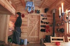 A casa perfeita para o final de semana, com cerca de m², projetada pelos arquitetos Bendik Manumat e Annelise Bjerkan, na Noruega. Tiny House Cabin, Cabin Homes, Cabin Plans, Shed Plans, Mini Chalet, Scandinavian Cabin, Building A Cabin, Off Grid Cabin, Cabin Interiors