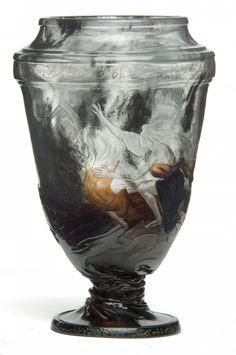 Vase « Orphée » Émile Gallé (1846-1904) Meisenthal et Nancy, 1888-1889 Verre soufflé-moulé, travaillé à chaud, gravé à la roue et doré Inscriptions au bandeau supérieur à gauche d'Eurydice '' Ne retournez plus/en arrière/Ce serait me perdre deux fois/ Et pour toujours '' H. 26 cm © Les Arts Décoratifs