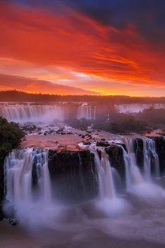 Cataratas del Iguazú son las cascadas del río Iguazú, en la frontera de la provincia argentina de Misiones y el estado brasileño de Paraná. Las caídas dividen el río en el Iguazu superior e inferior.