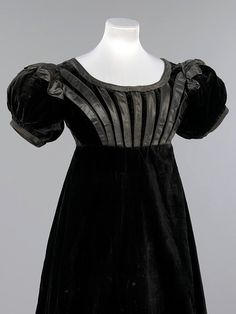 Mourning evening dress, 1823-25 Scotland, the Victoria & Albert Museum    This black velvet evening dress was worn Jane Johnstone (1803-1847), niece of William Jardine founder of Hong Kong merchants Jardine, Matheson & Co.