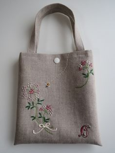 Floral Embroidery Patterns, Hand Embroidery Flowers, Embroidery Bags, Hand Embroidery Stitches, Hand Embroidery Designs, Hello Kitty Crochet, Diy Bags Purses, Fabric Gift Bags, Jute Bags