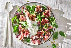 Kijk wat een lekker recept ik heb gevonden op Allerhande! Vijgen-burratasalade met parmaham & basilicum Rabbit Food, Vegetable Salad, Tasty Dishes, Food Inspiration, Cobb Salad, Ham, Foodies, Salads, Good Food