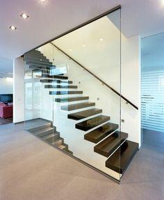 escalier bois noir avec base blanche, recouverts entièrement en verre blanc transparent, effet couverture cube, poignée escaliers minimaliste en noir