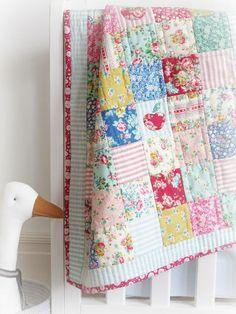 Little Apples Quilt Cot Quilt, Lap Quilts, Quilt Blocks, Patch Quilt, Mini Quilts, Quilting Projects, Quilting Designs, Sewing Projects, Quilting Ideas