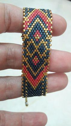 Bead Loom Designs, Beaded Jewelry Designs, Necklace Designs, Diy Jewelry, Jewelry Making, Peyote Patterns, Loom Patterns, Beaded Bracelets, Bracelets