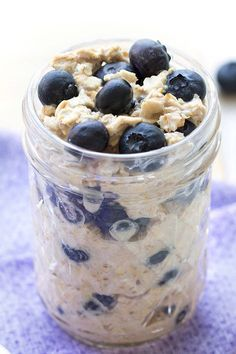 We like blueberry muffins a lot, but healthy overnight oats packed with the berry-muffin flavor are even better! Overnight oats save SO much time in the morning! Entire recipe: 2 (Ingredients In A Jar Overnight Oatmeal) Blueberry Overnight Oats, Overnight Oatmeal, Blueberry Oatmeal, Low Calorie Overnight Oats, Overnight Breakfast, Vegan Blueberry, Make Ahead Breakfast, Breakfast Recipes, Brunch Recipes