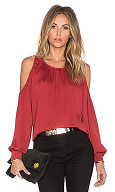 L'Academie The Shoulder Blouse en Bordeaux Look Fashion, Autumn Fashion, Womens Fashion, Fashion Design, Fashion Styles, Sophisticated Dress, Elegant Outfit, Blouse Styles, Blouse Designs