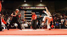 ¿Qué fue de... el reparto de 'Karate Kid? - Cinefilia - Fotogramas. 'KARATE KID' (1984)  La película dirigida por John G. Avildsen, que pocos años antes había sido el encargado de dirigir 'Rocky'. La trama era bastante sencilla. La familia de Daniel cambia de ciudad y allí se tendrá que enfrentar a sus nuevos y violentos vecinos y también al amor. Daniel se dirige a un Dojo de karate del lugar, la escuela Cobra Kai. Una vez dentro, al observar la clase se da cuenta que el Sensei de esa…