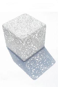 Déviant les lois de la dentelle à l'aide d'une mince couche de résine, le designer Marcel Wanders la transforme en meubles d'appoint : table, console ou siège…  comme cet étonnant cube de dentelle en coton époxy, à la fois résistant et imperméable (« Crochet Table », Mooï).