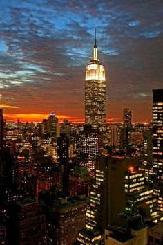 First Time Guide to New York City 5 Day Itinerary by a native New Yorker Don't miss seeing the Empire State Building lit up at [. Empire State Building, New York Wallpaper, City Wallpaper, Chicago Photography, City Photography, Landscape Photography, City Aesthetic, Travel Aesthetic, Aesthetic Bedroom