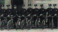 Les brigades à bicyclette sont apparues dans les années 1930, bien que les archives démontrent qu'il y en a eu dès 1897. Elles disparaissent au milieu des années 1940. Montreal Ville, Police Cars, Canada, Photos, Vintage, Bicycle Kick, Middle, Tattoo Art, Pictures