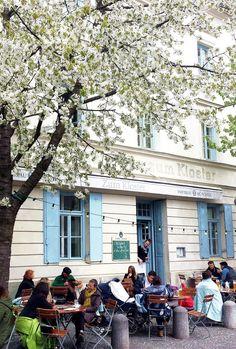 Im Kloster mag ich alles, drinnen oder draußen sitzen, Omelette zum Frühstück, Salat mit frischem Spinat und warmen Honig-Ziegenkäse oder den besten Rhababerkuchen Münchens :smile: Die kleinen Häuschen auf der anderen Straßenseite, das Kopfsteinpflaster und die vielen Kirschbäumen lassen mich mitten in München wie auf einem Dorfpflatz fühlen. Zum Kloster   Preysingstr. 77   81667 München (Haidhausen)