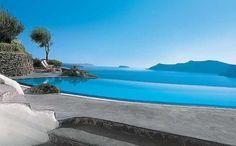 Na paradisíaca ilha grega de Santorini, diversos hotéis oferecem piscinas com vistas fantásticas para o mar Egeu. Um deles é o Perivolas Oia Santorini, que tem esse belo lugar onde o hóspede pode se refrescar
