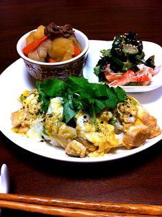 大っきなお皿に少しずつのはずが、丼と肉じゃがでお腹いっぱい 黒いのは黒七味です - 34件のもぐもぐ - 親子丼と昨日の残りもの by mocomiki