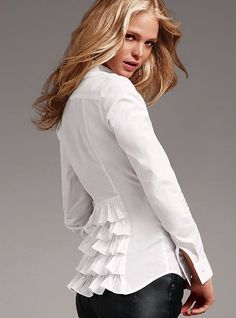 I do love a crisp white shirt with a fun, feminine detail! Looks Style, Style Me, Classic White Shirt, White Shirts, White Blouses, Refashion, Blouse Designs, Ideias Fashion, Dress Up