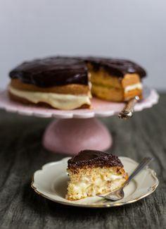 Boston cream pie- Amerikansk tårta - ZEINAS KITCHEN Boston Cream Pie, Fika, Lchf, Recipies, Cupcakes, Sweets, Candy, Cookies, Breakfast