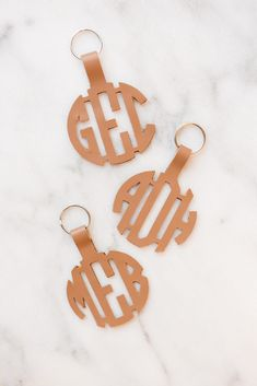Come learn how to make keychains using your Cricut and monogram font - these DIY keychains make the perfect bridesmaids gift! Cricut Monogram, Monogram Keychain, Diy Monogram, Diy Keychain, Monogram Fonts, Monogram Letters, Leather Ring, Leather Keychain, Leather