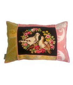 kussen bekleed met retro wollen dekens en een borduurwerk met duiven en bloemen. Dit kussen is afgewerkt met roze lockgaren en heeft een Knoopsluitging aan de achterkant. Inclusief stevig binnenkussen.