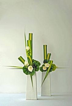 images for vertical floral designs Ikebana Arrangements, Arrangement Floral Ikebana, Contemporary Flower Arrangements, Church Flower Arrangements, Beautiful Flower Arrangements, Beautiful Flowers, Exotic Flowers, Purple Flowers, Home Flowers
