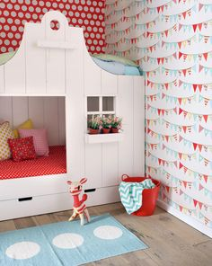 O quarto infantil precisa ser também o cenário perfeito para as aventuras imaginárias dos pequenos. Assim, até a cama pode entrar na brincadeira – por que não? Brinque com o formato do móvel, que pode ganhar jeito de casa de bonecas, casa na árvore ou até uma cabaninha na floresta.