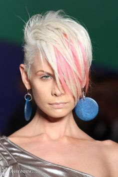 Wish i had the balls to cut my hair like this! Hair Color for Short Hair Short Pixie Haircuts, Short Hair Cuts, Short Hair Styles, Funky Hair Colors, Hair Colour, Sassy Hair, Hair Styles 2014, Funky Hairstyles, Blonde Hairstyles