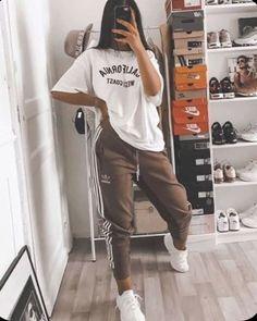 Sara una ragazza di 16 anni,si ritrova in America con suo fratello br… #fanfiction # Fanfiction # amreading # books # wattpad Cute Lazy Outfits, Casual School Outfits, Teenage Outfits, Teen Fashion Outfits, Swag Outfits, Retro Outfits, Stylish Outfits, Fashion Clothes, Cool Outfits