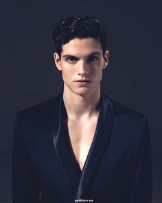 Daniel Sharman looks so sexy in this pic