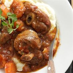 Genoeg vir 4 mense 80 ml (⅓ k) meel sout en vars gemaalde swartpeper ml k) paprika Oxtail Recipes, Lamb Recipes, Meat Recipes, Slow Cooker Recipes, Cooking Recipes, Recipies, Curry Recipes, South African Dishes, South African Recipes