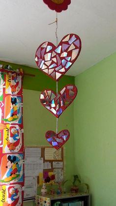 Decoracion dia del amor y dela amistad (12) Valentine Wreath, Valentine Crafts, Holiday Crafts, Holiday Decor, Valentine Ideas, Cd Crafts, Crafts For Kids, Mobiles, Sensory Art