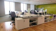 Muita gente para o mesmo espaço? Invista em ilhas, um espaço único para todos os funcionários e uma ótima forma permitir interação.