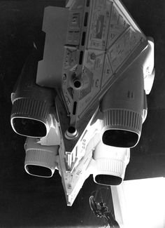 These beautiful pictures of the Alien production brought to you my Mr Phil Rae. Alien Movie 1979, Aliens Movie, Nostromo Alien, Sf Movies, Alien Covenant, Sci Fi Thriller, Sci Fi Ships, Ridley Scott, Sci Fi Horror