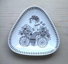 Triangle Plate    No.RU-emtp  SOLD OUT  design: Kaj Franck カイ・フランク >>  decoration: Raija Uosikkinen ライヤ ウオシッキネン   maker: ARABIA (finland) >>   size: 16cm×15.5cm  H3cm  porcelain