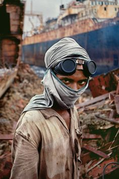 by Steve McCurry. People / faces of the world. We Are The World, People Around The World, Steve Mccurry Photos, Vivre A New York, World Press Photo, Afghan Girl, Post Apocalyptic Fashion, Henri Cartier Bresson, Great Photographers