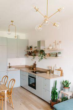 Cocina Ikea en acabado gris y encimera en madera integrada en salón / Grey kitchen Ikea with wooden countertop. Modern Farmhouse Kitchens, Farmhouse Kitchen Decor, Home Decor Kitchen, Kitchen Interior, Home Kitchens, Kitchen Ikea, New Kitchen, Small Apartment Kitchen, Small Kitchen Cabinets