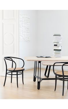 Conviviality and functionality – the dining table S 1091 and model S 1092 with an additional leg traverse are a real statement: robust and yet dynamic and open, the long table is an invitation for eating, playing, working or just comfortably spending time together.