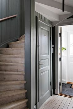 Lundin Fastighetsbyrå - Kålltorp - i toppskick Room Interior, Interior Design Living Room, Interior And Exterior, Interior Design Layout, Beautiful Interior Design, Cottage Staircase, White Shiplap Wall, Painted Wood Walls, Cabin Interiors