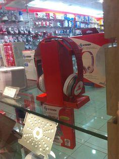 Vas caminando por el centro comercial y de repente, es inevitable voltear la vista para apreciar los nuevos audífonos Steren...